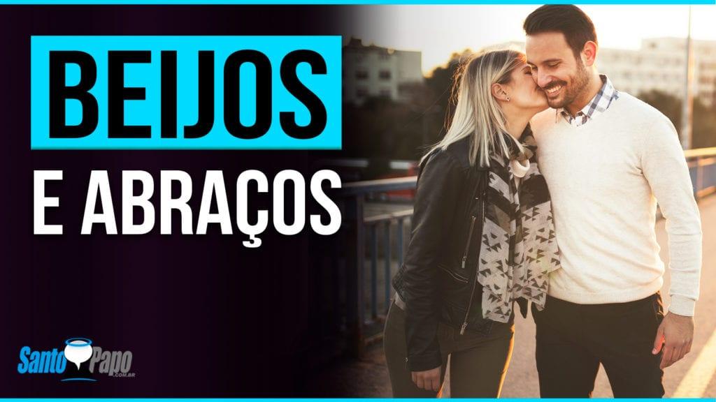 Mulher beijando homem na bochecha enquanto eles caminham