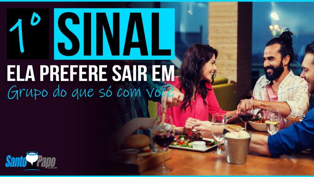 Grupo de pessoas jantando junto em um restaurante