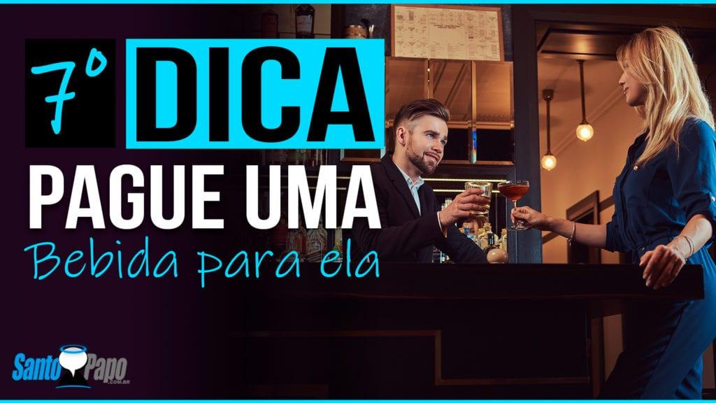 Homem e mulher brindando um drink na mesa de um bar