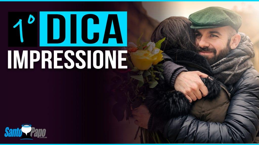 Homem abraçando mulher após lhe presentear com flores