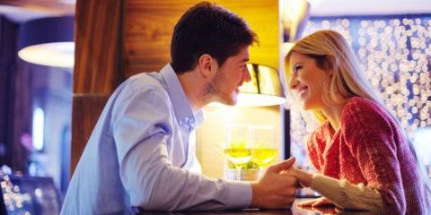 Como beijar mulheres em bares e restaurantes durante um encontro