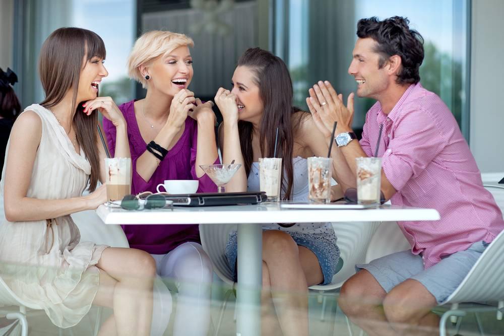 Caras com amiga mulher têm mais chances de conseguir garotas